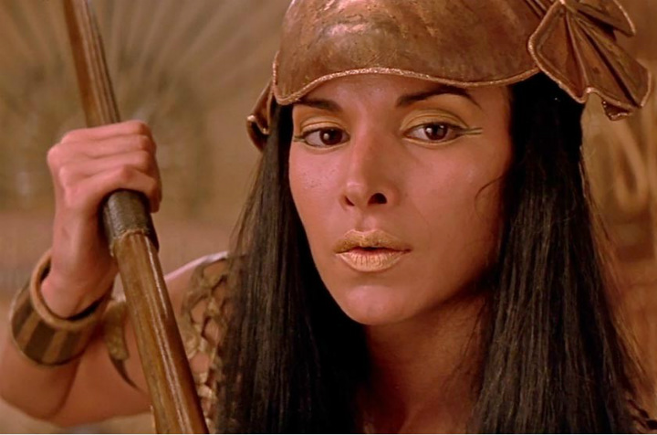 Rachel Weisz in The Mummy Returns, production mistakes
